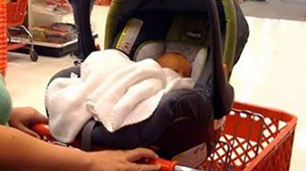 baby-car-seat-on-shopping-cart-wrong3