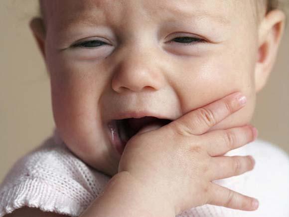 03 baby-teething-gum-rubbing