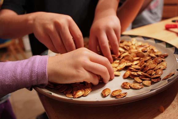 kids-eating-pumpkin-seeds