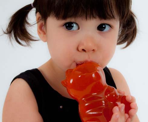 toddler-eat-gummy-candy