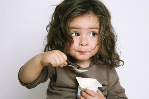 girl-eating-yogurt (580x386)